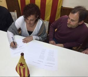 Elisabeth Oliveras signa el document de l'Assemblea Nacional Catalana en presència de Narcís Noguera, coordinador de Sant Quirze per la Independència, secció territorial de l'ANC