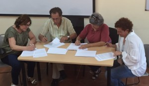 Marta Baldrich i Albert Farriol (ICV) en el moment de la signatura amb Goretti Palau i Elisabeth Oliveras (Junts-ERC)