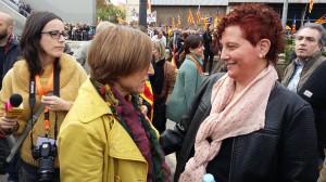 L'Elisabeth Oliveras conversa amb la Presidenta del Parlament de Catalunya Carme Forcadell ahir a Montjuïc