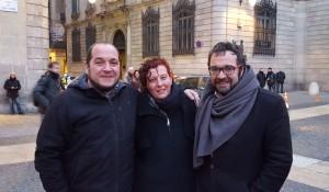 David Fernández (CUP), Elisabeth Oliveras i l'alcalde de Sabadell Juli Fernández, (ERC), a la plaça sant Jaume abans de la marxa cap al TSJC