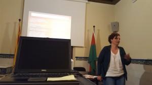 Elisabeth Oliveras en un moment de la seva intervenció